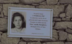 La targa apposta solo nel 2012 nel luogo in cui Ancilla Marighetto, la partigiana Ora, fu uccisa a 18 anni dai nazisti nel febbraio 1945